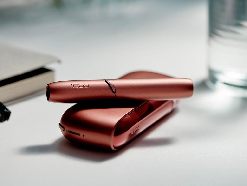 IQOS 3 Copper pe masa